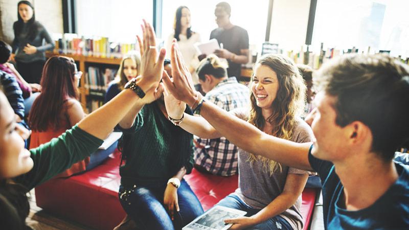 Studenten klatschen sich ab