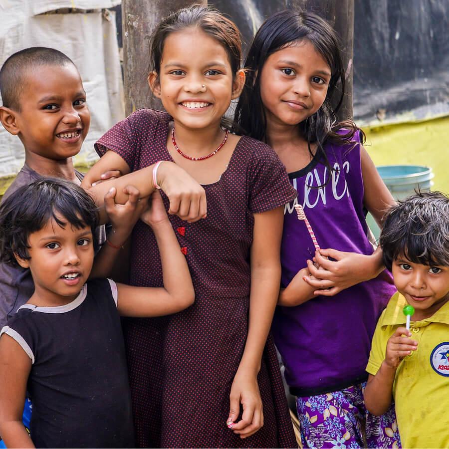 Fröhliche Kinder in in Asien
