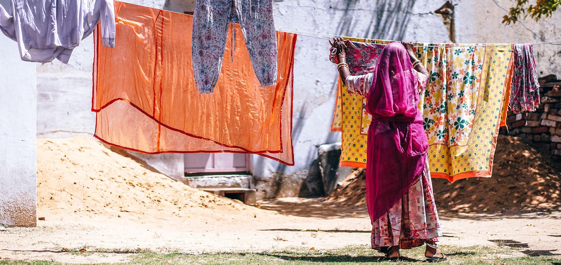 Frau, die Wäsche aufhängt, Raum Indien